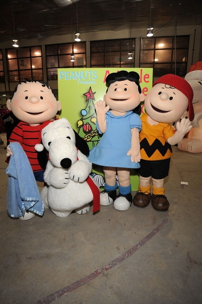 linus-van-pelt-snoopy-lucy-van-pelt-and-charlie-brown-mascots-in-new-york-in-2012